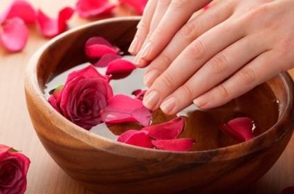 Водные процедуры с маслами и солями полезны для ногтевых пластин