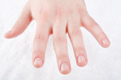 Уход за детскими пальчиками прост и с определенного возраста детки могут выполнять его сами