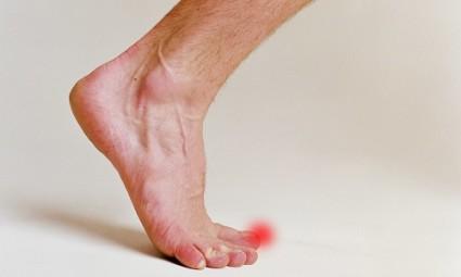 Пальчики на ногах так и норовят проверить, на месте ли мебель в доме