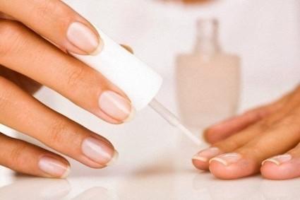 Лечебные лаки также оказывают благотворное воздействие на состояние ногтевых покровов