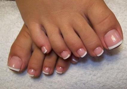 За ногтевыми пластинами ног следует следить в любое время года