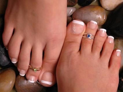 Процедура наращивания ногтевых пластин ног имеет свои особенности выполнения