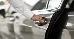 Осторожность не повредит и при закрытии дверцы автомобиля