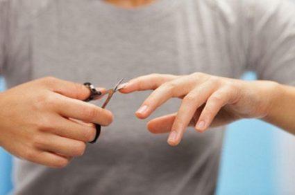 Стричь ноготки на правой руке не так трудно, если прислушаться к нескольким советам