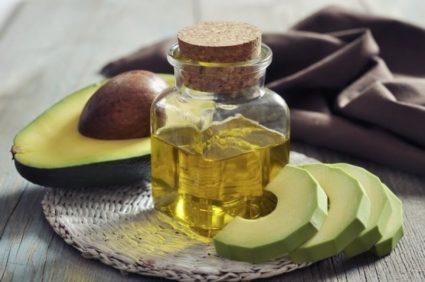 Масло авокадо помогает регенерировать кожу и укреплять пластины