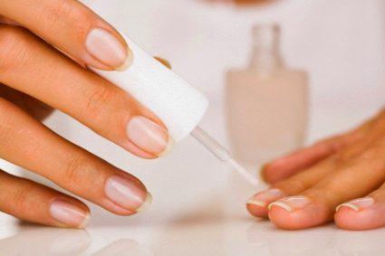 Применяйте не только декоративные, но и лечебные лаковые средства